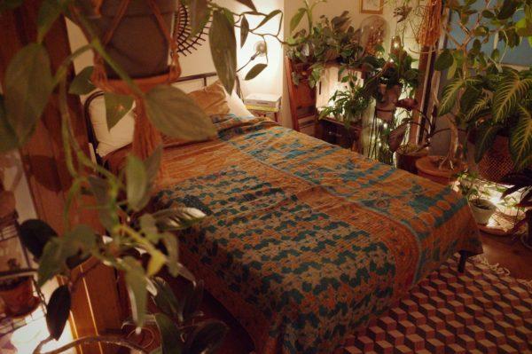 夜も映える刺し子のベッドカバー